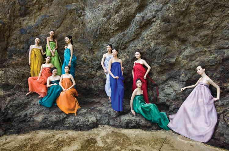 """«Les """"costumes de vent"""" furent la marque de fabrique de Lee Young-hee durant près de vingt-cinq ans. En organza de soie teint de couleurs naturelles, ils jouent sur les effets de drapés et de transparence, sublimés par l'emploi de teintes vibrantes.»"""