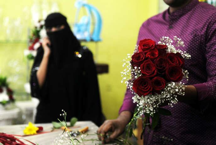 Un fleuriste prépare un bouquet à l'occasion de la Saint-Valentin, à Djedda en Arabie saoudite, le 14 février 2018.
