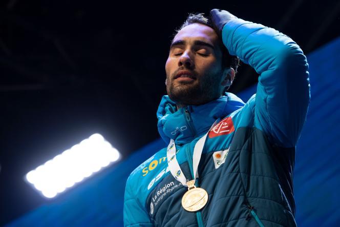 Martin Fourcade savoure sa médaille d'oraprès avoir remporté l'épreuve individuelle, aux championnats du monde de biathlon,le 19 février.