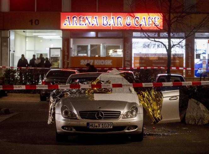 Une voiture devant l'un des bars pris pour cible à Hanau, en Allemagne, le 20 février.