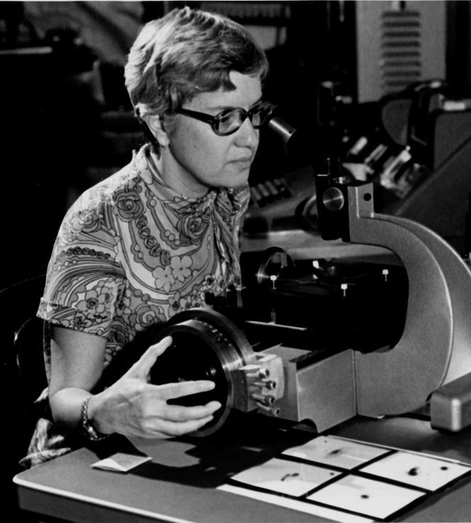 L'astrophysicienne Vera Rubin au travail, au début des années 1970.
