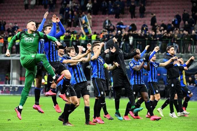 Les joueurs d'Atalanta, euphoriques à l'issue du match contre Valence, le 19 février, au stade de San Siro à Milan.