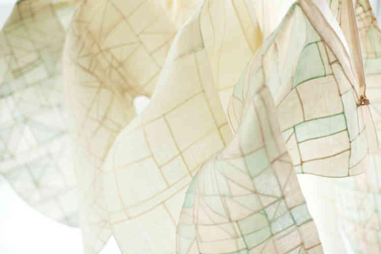 """«Le travail de Lee Young-hee repose également sur l'emploi et la mise en valeur des savoir-faire traditionnels de la Corée. Ici, l'art du patchwork (""""jogakbo"""") lié à la tradition des """"bojagi"""" – tissus d'emballage et de présentation confectionnés par les femmes – est adapté aux vestes féminines.»"""