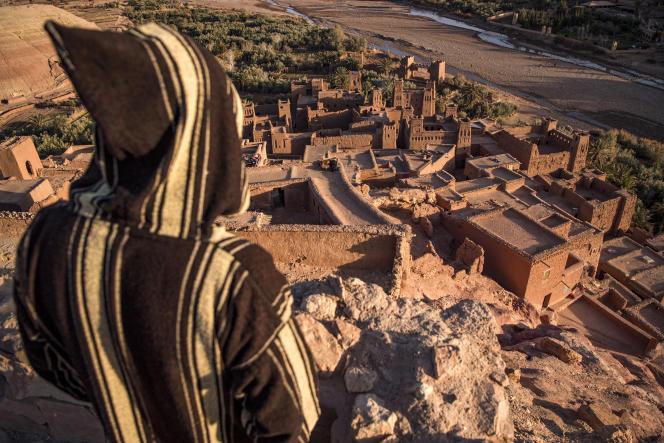 Un homme contemple Aït Ben Haddou, au Maroc, depuis les hauteurs du village, le 27janvier 2000.