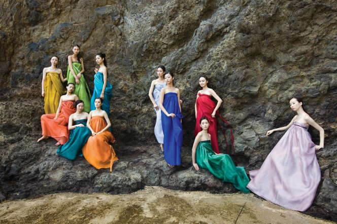 La styliste coréenne Lee Young-hee revisite le costume coréen et le modernise.
