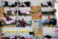 Du personnel médical parmi des patients présentant des symptômes du coronavirus, à l'hôpital temporaire de Fangcai, à Wuhan, le 18 février.