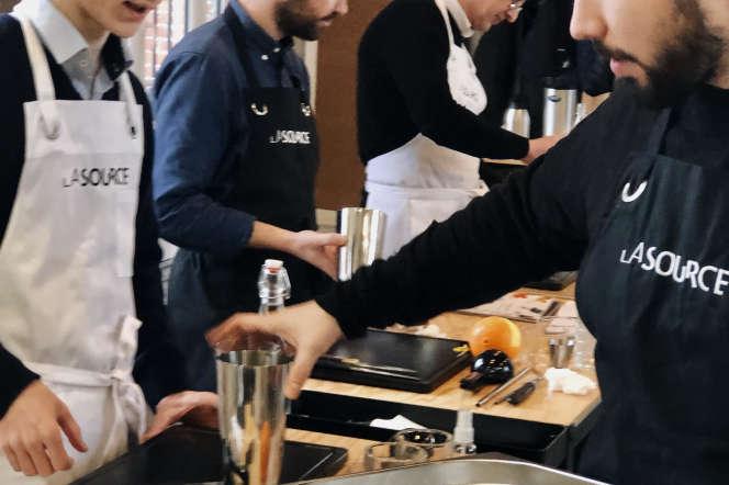 Francisco Flores (au premier plan) enseigne à La Source la formation de «barman responsable».