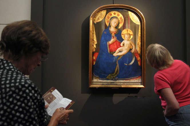 Des visiteurs devant « La Vierge et l'enfant», du peintre italien Fra Angelico (vers 1450), au musée Jacquemart-André à Paris en 2011.