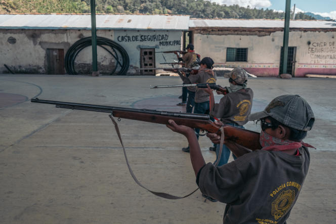 Dans le village d'Ayahualtempa, des enfants soldats s'exercent devant de nombreux journalistes, le 27janvier.