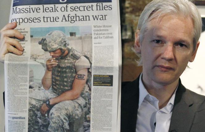 Julian Assange, à Londres, le 26 juillet 2010. Le fondateur de WikiLeaks brandit la«une» du« Guardian» consacrée à une fuite de documents de l'armée américaine.