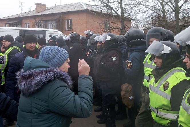 Des habitants de Novi Sanjary ont affronté jeudi les forces de l'ordre pour s'opposer à l'arrivée dans un hôpital militaire de cette localité du centre de l'Ukraine de 45 Ukrainiens et 27 étrangers, en majorité originaires d'Amérique latine.