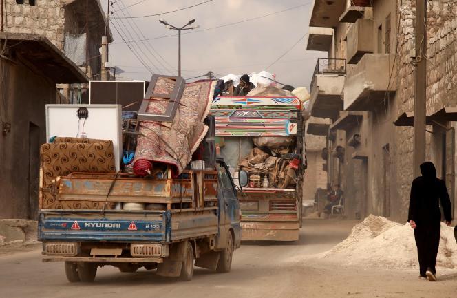 Un convoi de déplacés à Darret Ezza près d'Alep dans le nord de la Syrie, le 17 février.