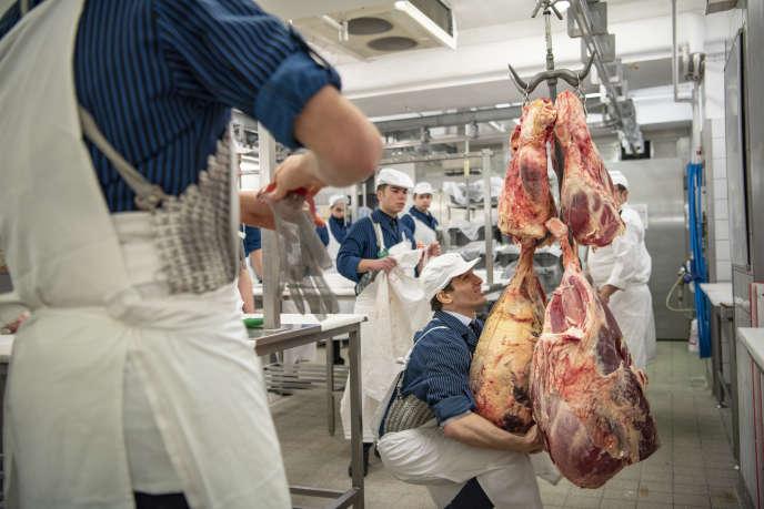 Au début du stage pratique, les apprentis récupèrent un morceau de viande, plus ou moins gros (et lourd), sur lequel ils pourront effectuer leurs exercices de découpe et de désossage.