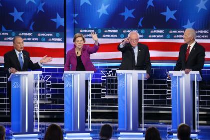 Mike Bloomberg, Elizabeth Warren, Bernie Sanders et Joe Biden lors du débat de la primaire démocrate à Las Vegas (Nevada), le 19 février.