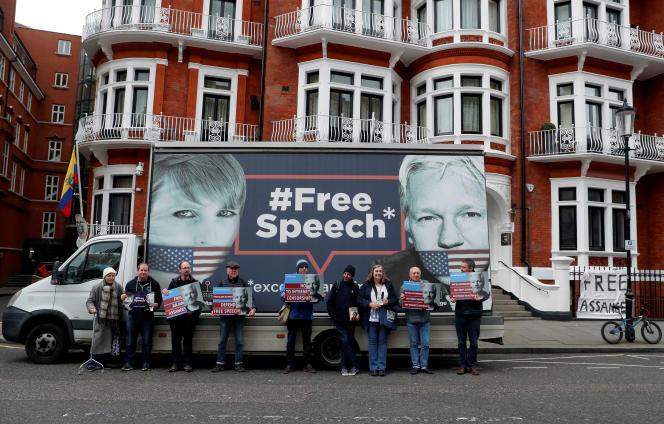 Manifestation en soutien à Chelsea Manning et à Julian Assange, devant l'ambassade d'Equateur, à Londres, le 6 avril 2019.
