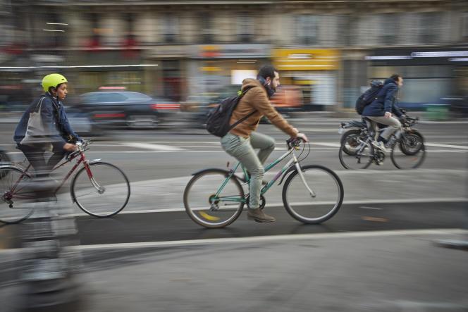 Des Parisiens à vélo, au treizième jour de grève des transports publics, à Paris, le 17décembre 2019.