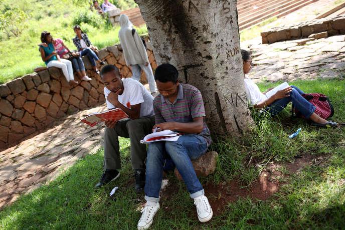 Des étudiants révisent à l'extérieur de l'université d'Antananarivo, à Madagascar, en décembre 2013.