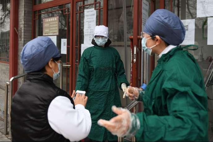 Du personnel hospitalier porte des masques de protection, à Pékin, jeudi 20 février.