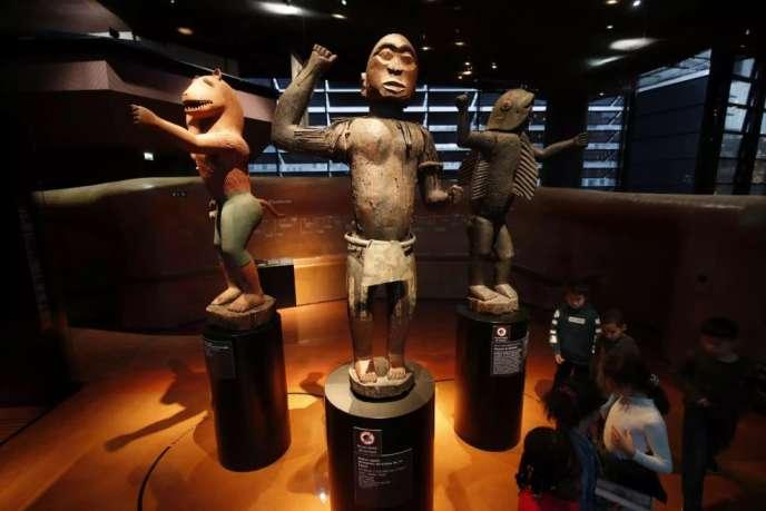 Trois grandes statues royales du royaume du Dahomey, datant du XIXe siècle, au Musée du quai Branly, en novembre 2018.