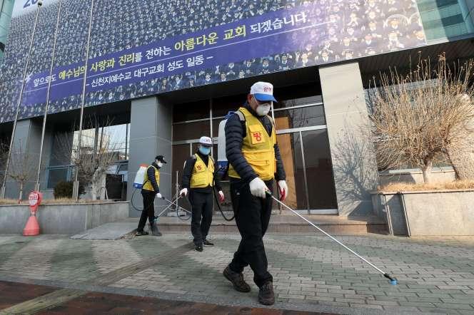 Devant un bâtiment de l'Eglise de Jésus Shincheonji (« nouveau monde», à Daegu (Corée du Sud), le 20 février 2020.