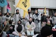 Le mouvement Extinction Rebellion bloque l'entrée d'une usine de ciment Lafarge à Paris, le 17 février.