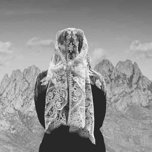 «Lorsque Ioanna Sakellaraki perd son père, elle entame une nouvelle série photographique. Auprès de la dernière communauté despleureuses de la Péninsule du Magne, elle construit ce travail sensible etfort, entre tradition et introspection, avec notamment, de bellesimpressions d'images sur tissus.»