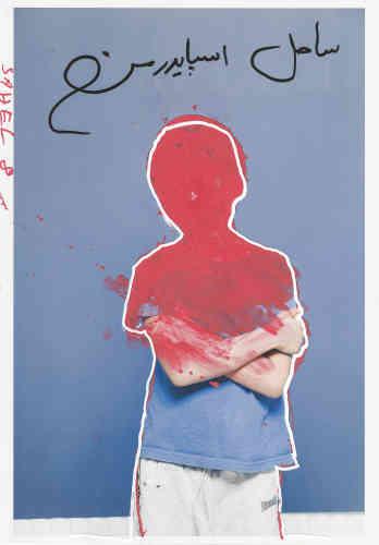 «Ce portrait atypique est une co-création. Il est le fruit du travail du duo Alvarez-Prignot et de son modèle, un enfant du centre de demandeursd'asile dans lequel ils réalisent des ateliers à long terme. A travers l'image et le portrait, ils instaurent un dialogue et soulève toute lacomplexité de ce statut d'exclu, en transit et en perte d'identité.»