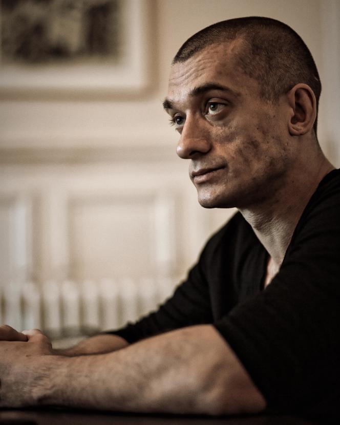 L'artiste russe Piotr Pavlenski, dans les bureaux de l'avocat Juan Branco à Paris, le 20février.