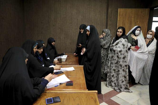Dans un bureau de vote à Téhéran, le 21 février.