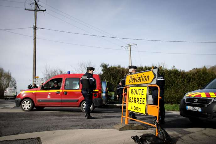 Une route fermée par la police, à Branville, en Normandie, en prévision de l'arrivée de 34 Français rapatriés de Wuhan, épicentre du coronavirus en Chine, le 21 février 2020.