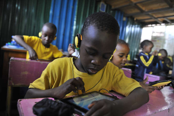 Des élèves de Kawangware, un bidonville de Nairobi, au Kenya, utilisent une tablette créée par une entreprise locale, enoctobre 2015.