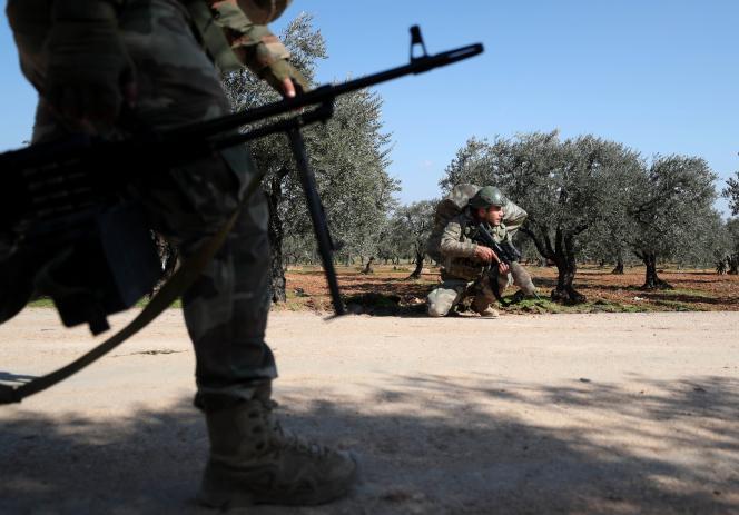 Déploiement de soldats turcs près du village d'Al-Nerab, à environ 14 km d'Idlib (Syrie), le 20 février.