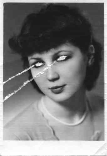 «Weronika Perlowska est colérique. C'est autour de ce sentiment, incompris et mal perçu, en particulier chez la femme, qu'elle a articuléson travail. Jouant avec plusieurs supports, elle présente des imagesd'archives retravaillées aux côtés d'objets chinés et de vidéosintrigantes. Sur l'une d'elle, on assiste à l'une de ses crises de colère lorsqu'elle était encore une enfant. Epique. »
