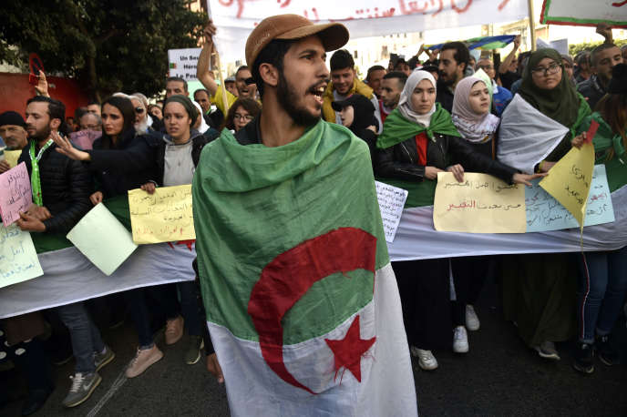 Des étudiants manifestent contre le pouvoir algérien, le 18 février, à Alger.