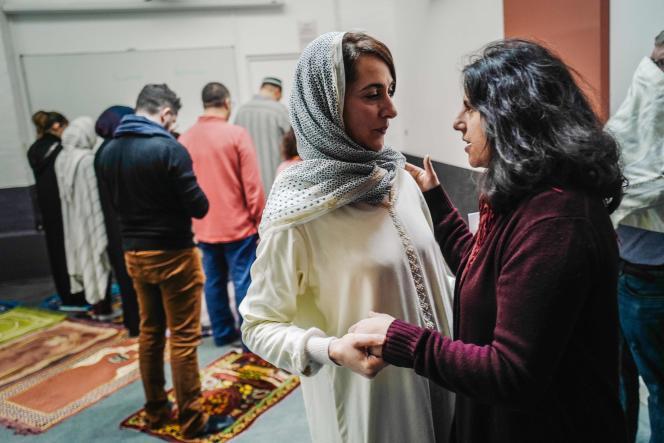 Kahina Bahloul avec une amie, après la prière, vendredi 21 février, à Paris.