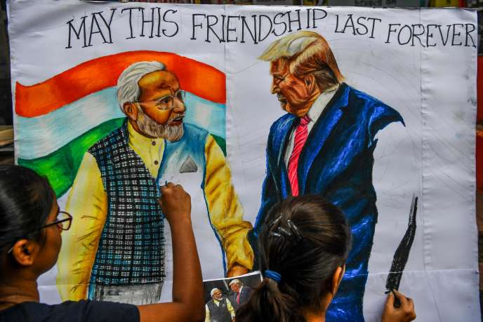 Peinture représentant le premier ministre indien, Narendra Modi, et le président américain, Donald Trump, dans une rue de Bombay, le 21 février.