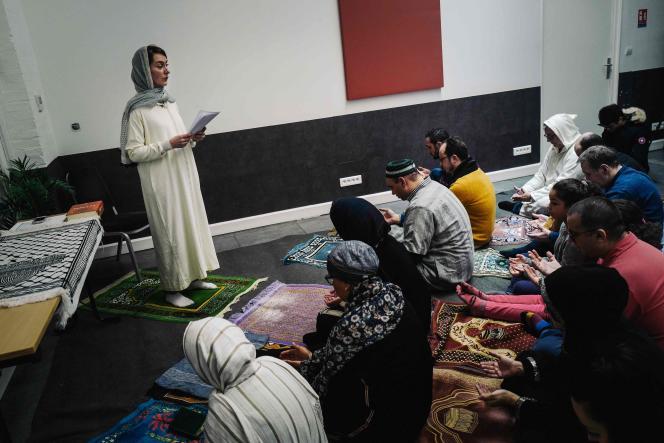Kahina Bahloul, doctorante en islamologie, lors de la prière, vendredi 21 février, à Paris.