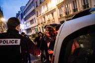 Agnes Buzyn, candidate LRM, à la Mairie de Paris, saluant un policier lors de sa déambulation dans le 8e arrondissement, le 20 février.