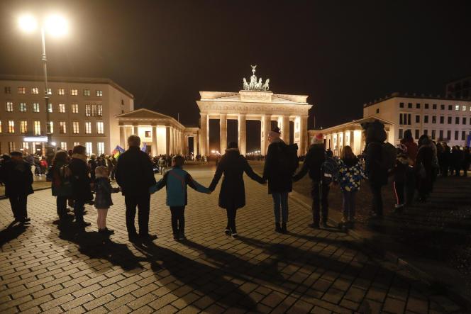 Hommage aux victimes de l'attentat de Hanau, au pied de la porte de Brandebourg à Berlin, le 20 février.
