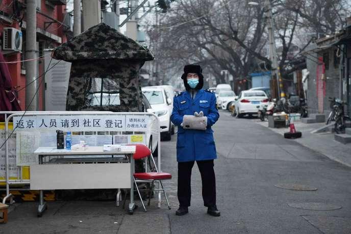 Contrôle de sécurité à l'entrée d'une allée de Pékin, le 20 février 2020.
