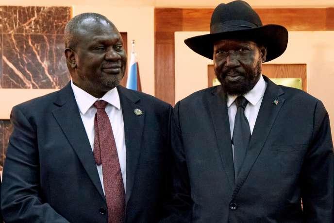 Le président sud-soudanais Salva Kiir (à droite) serre la main deson ex-rival devenu premier vice-président, Riek Machar, afin de tenter d'instaurer la paix dans le pays, le 22 février.