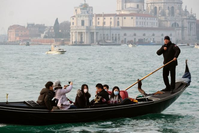 Des touristes portent des masques pour se protéger de l'épidémie, à Venise en Italie, le 31 janvier.