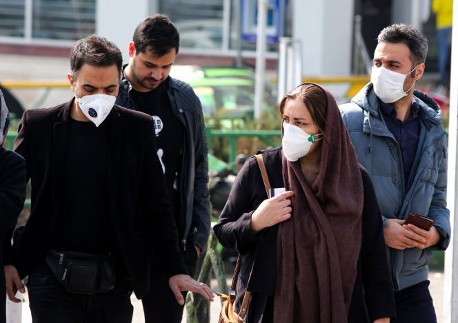 Des Iraniens portant des masques de protection, dans les rues de Téhéran (Iran), le 22 février.
