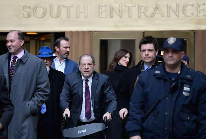 Harvey Weinstein quitte le tribunal de Manhattan à New York, le 20 février.