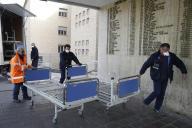 Transport de lits supplémentaires à l'hôpital de Codogno près de Lodi, dans le nord de l'Italie, le 21 février.