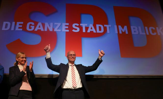 Le maire sortant Peter Tschentscher célèbre la victoire des sociaux-démocrates (SPD) lors des élections régionales, à Hambourg, dimanche 23 février.