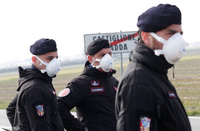 Des carabiniers montent la garde à l'extérieur de la ville de Castiglione d'Adda, fermée par le gouvernement italien en raison d'une épidémie de coronavirus en Italie.