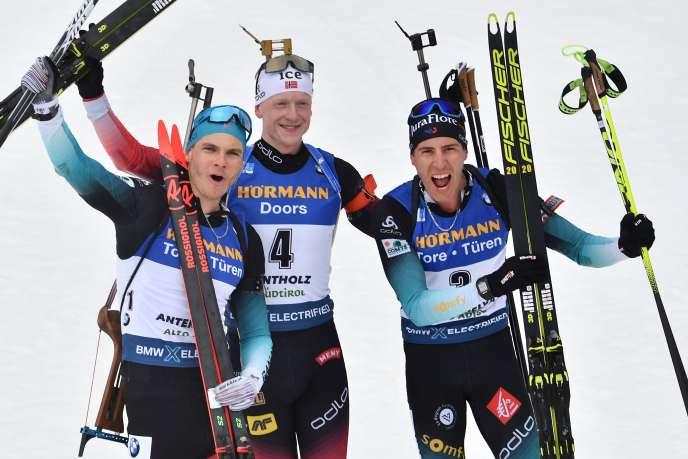 Johannes Boe entouré par Emilien Jacquelin et Quentin Fillon Maillet, le 23 février 2020.