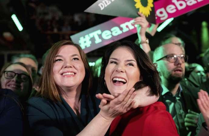 Katharina Fegebank (à gauche) se satisfait des bons résultats des Verts pour lesquels elle était candidate aux élections régionales, à Hambourg, dimanche 23 février.