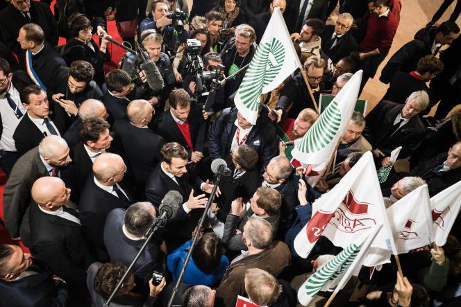 Emmanuel Macron discute avec des représentants des Jeunes Agriculteurs et de la FNSEA, lors de son arrivée au Salon de l'agriculture, le 22 février.
